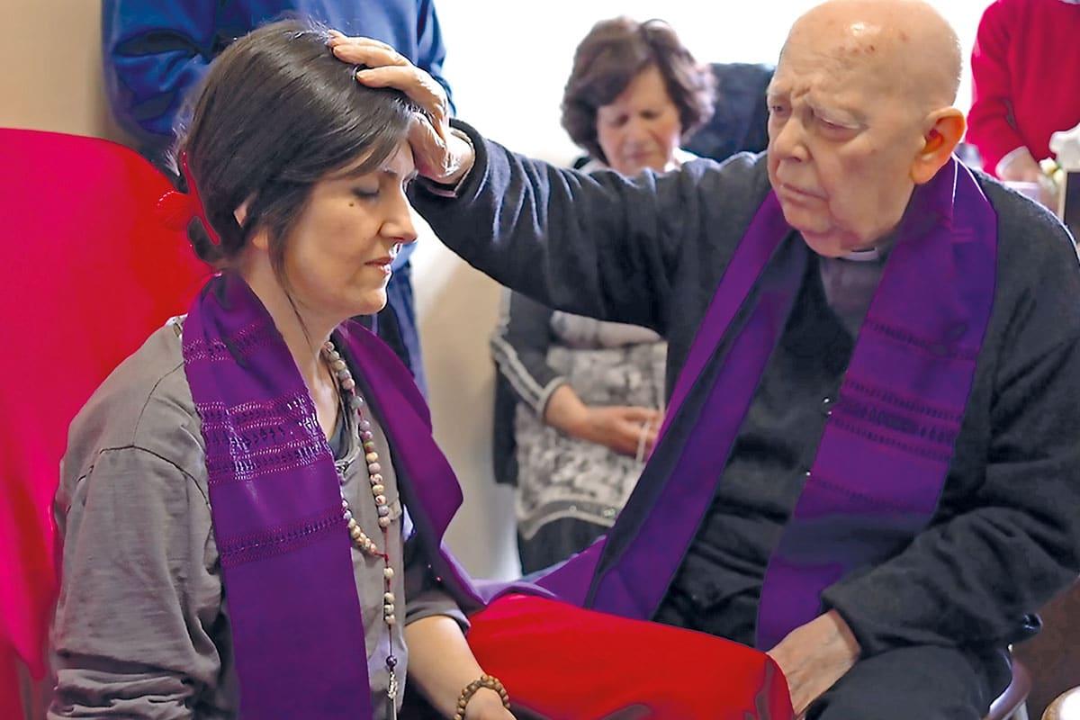 El padre Amorth haciendo oración de liberación frente a una mujer poseída.