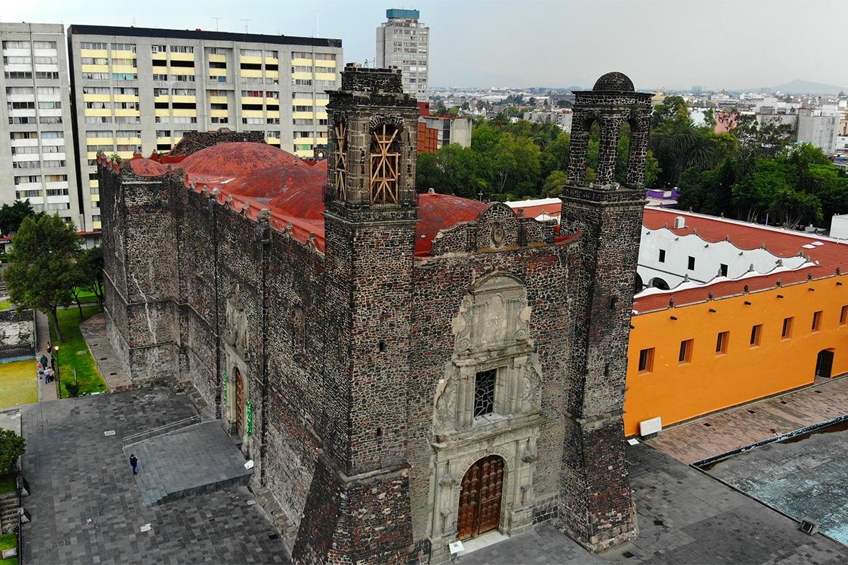 La Iglesia de Santiago Apóstol en Tlatelolco, junto a la que se encontraba el antiguo Colegio de la Santa Cruz.