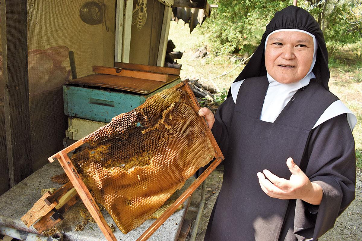 La hermana Érica María es la encargada de los apiarios del monasterio. Foto: Ricardo Sánchez