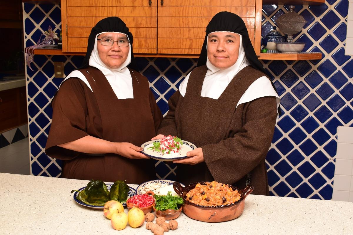 Las hermanas agustinas preparan los chiles en nogada cada temporada. Foto: Ricardo Sánchez