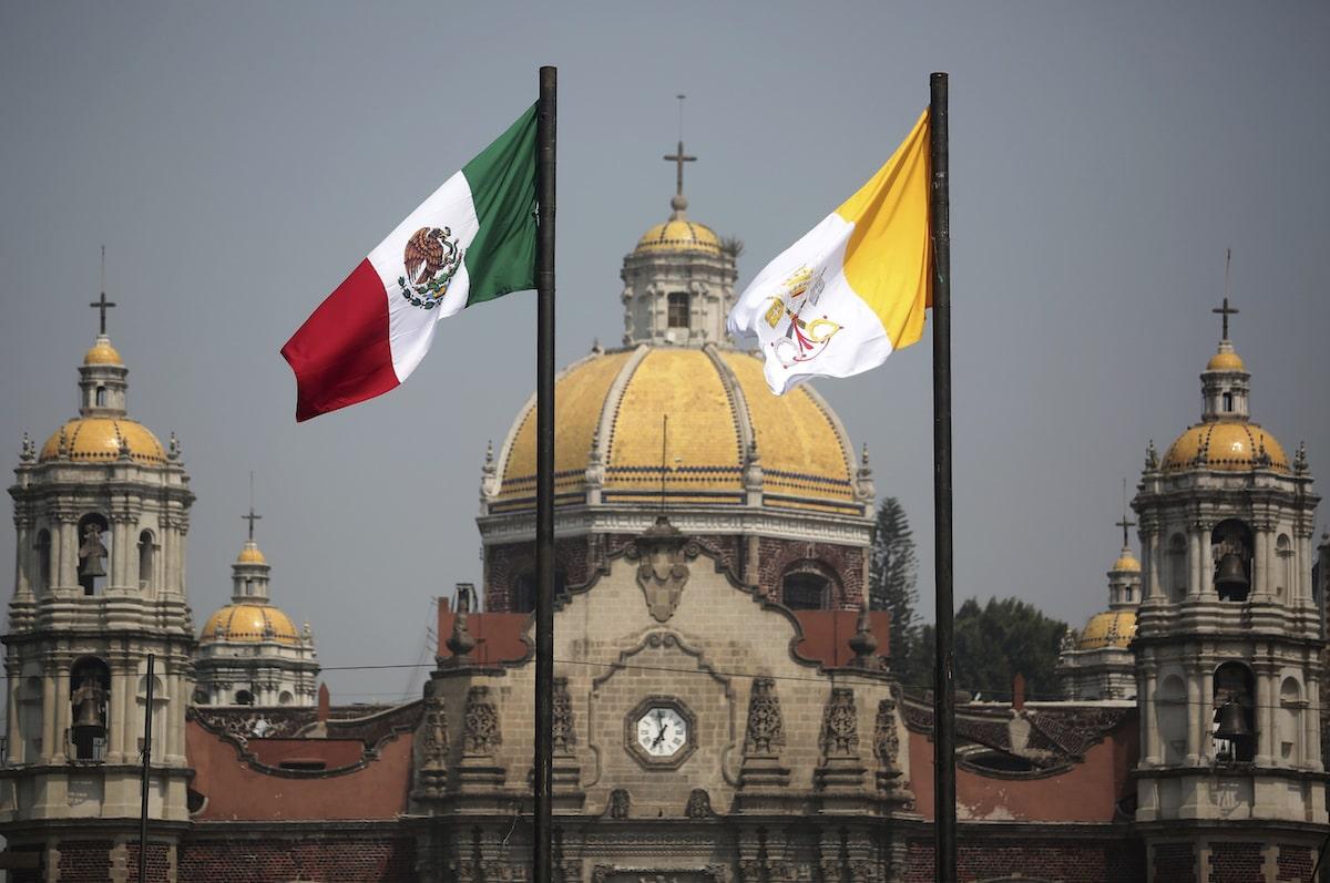 Banderas de México y la Santa Sede.