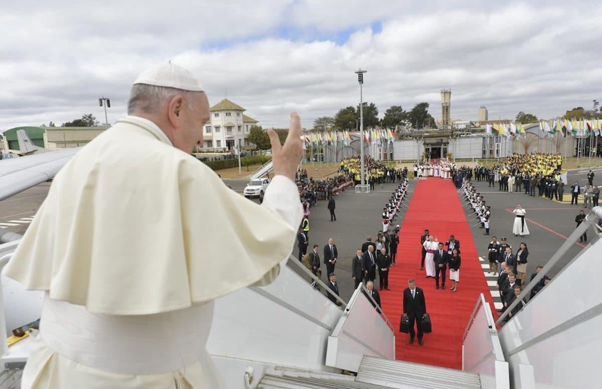 El Papa Francisco se despide de África. Foto: Vatican Media