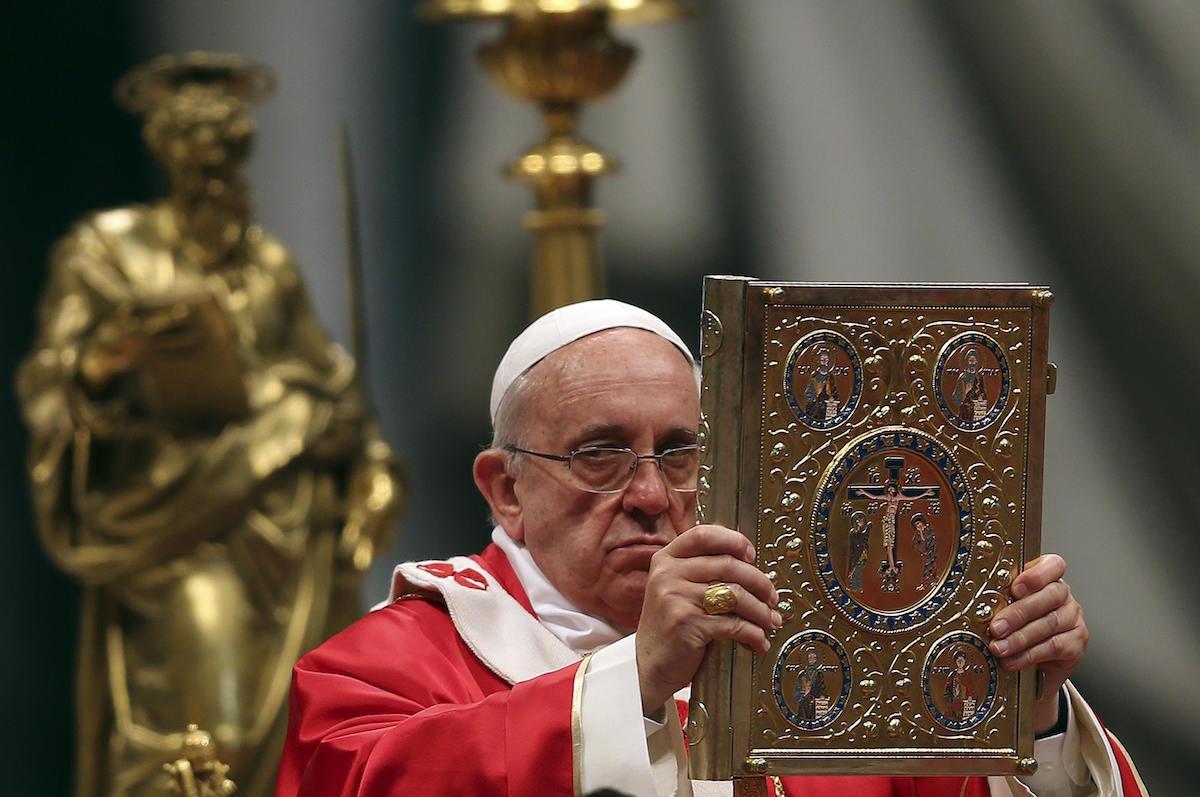El Papa Francisco sostiene una Biblia. Foto: Reuters