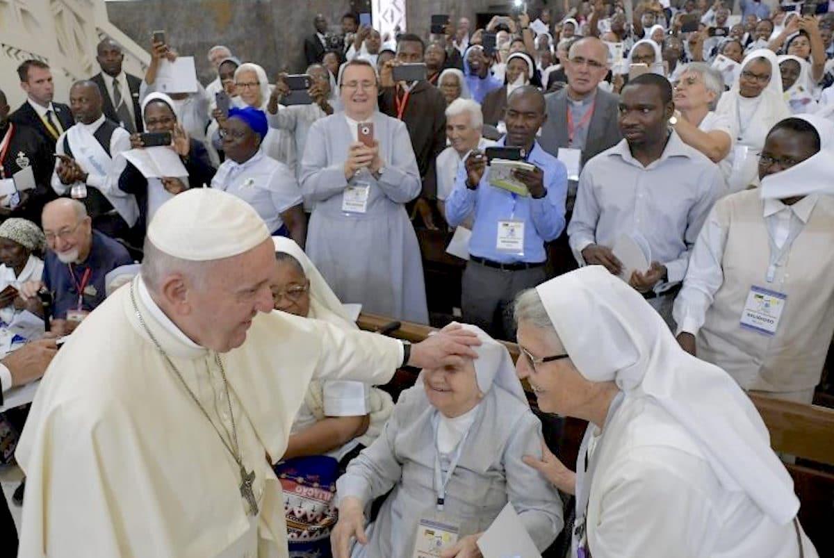 El Papa Francisco en un encuentro con sacerdotes, religiosos y religiosas de Mozambique. Foto: Vatican Media