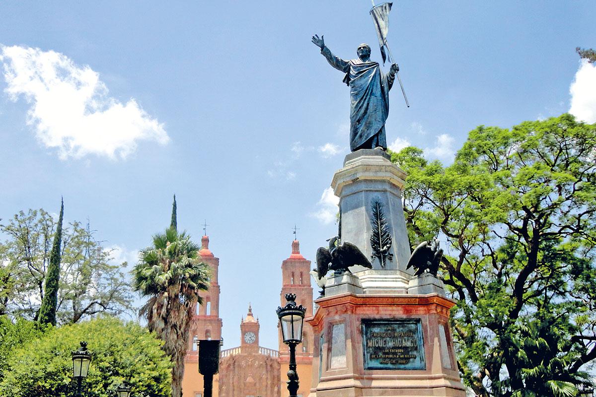 A pocos metros hay una estatua de Miguel Hidalgo.