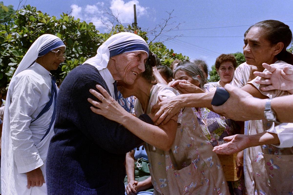 La Madre Teresa de Calcuta abraza a una enferma en julio de 1988 durante su visita a un hospital de El Salvador. Foto: AFP