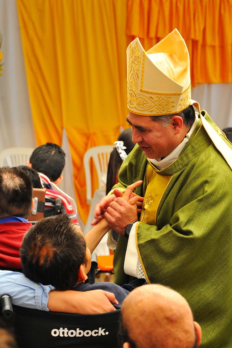 Monseñor Carlos Samaniego en la Megamisión 2019 visitó una Casa Hogar para niños con discapacidad. Foto: Alberto Sánchez