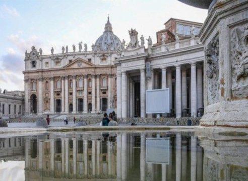 El Vaticano anuncia una reducción de salarios a Cardenales y superiores