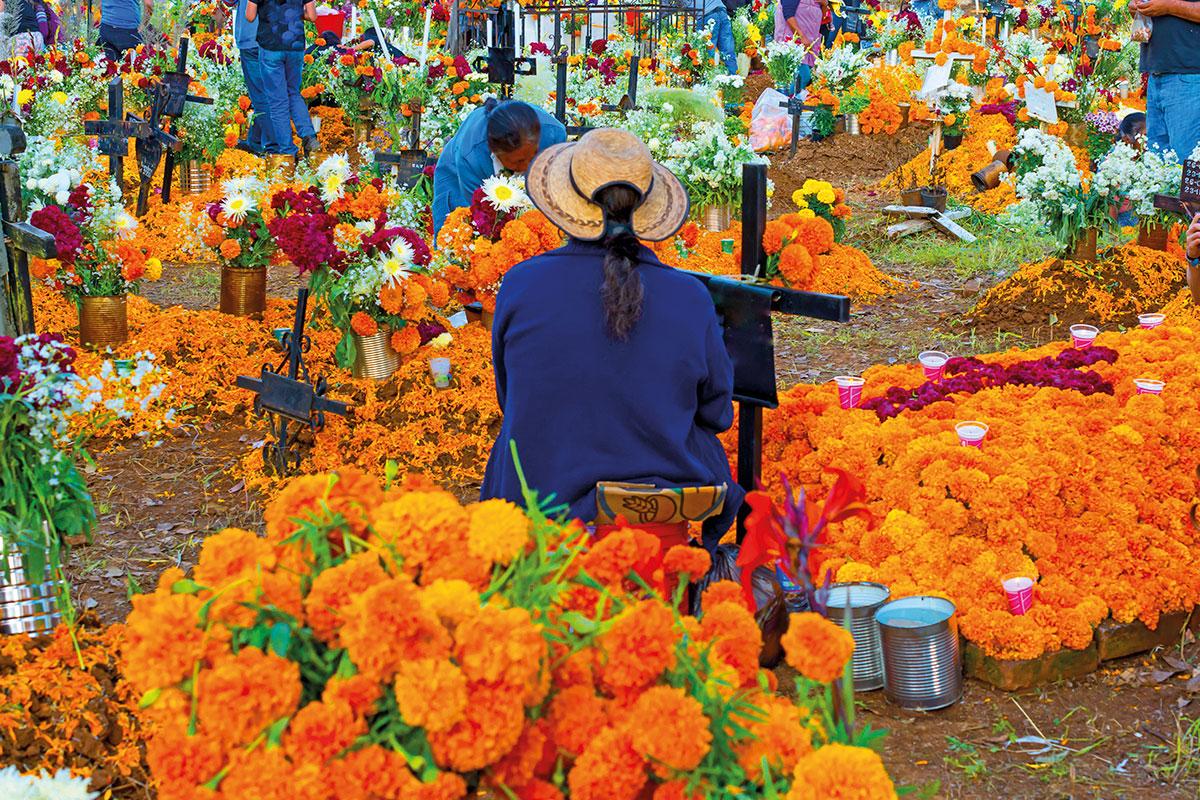 El Día de los Fieles Difuntos, las personas van a los panteones a visitar las tumbas de sus familiares.