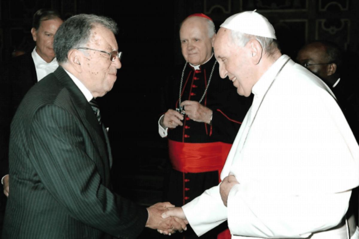 El Dr. Gustavo Rincón con el Papa Francisco. Foto: Cortesía