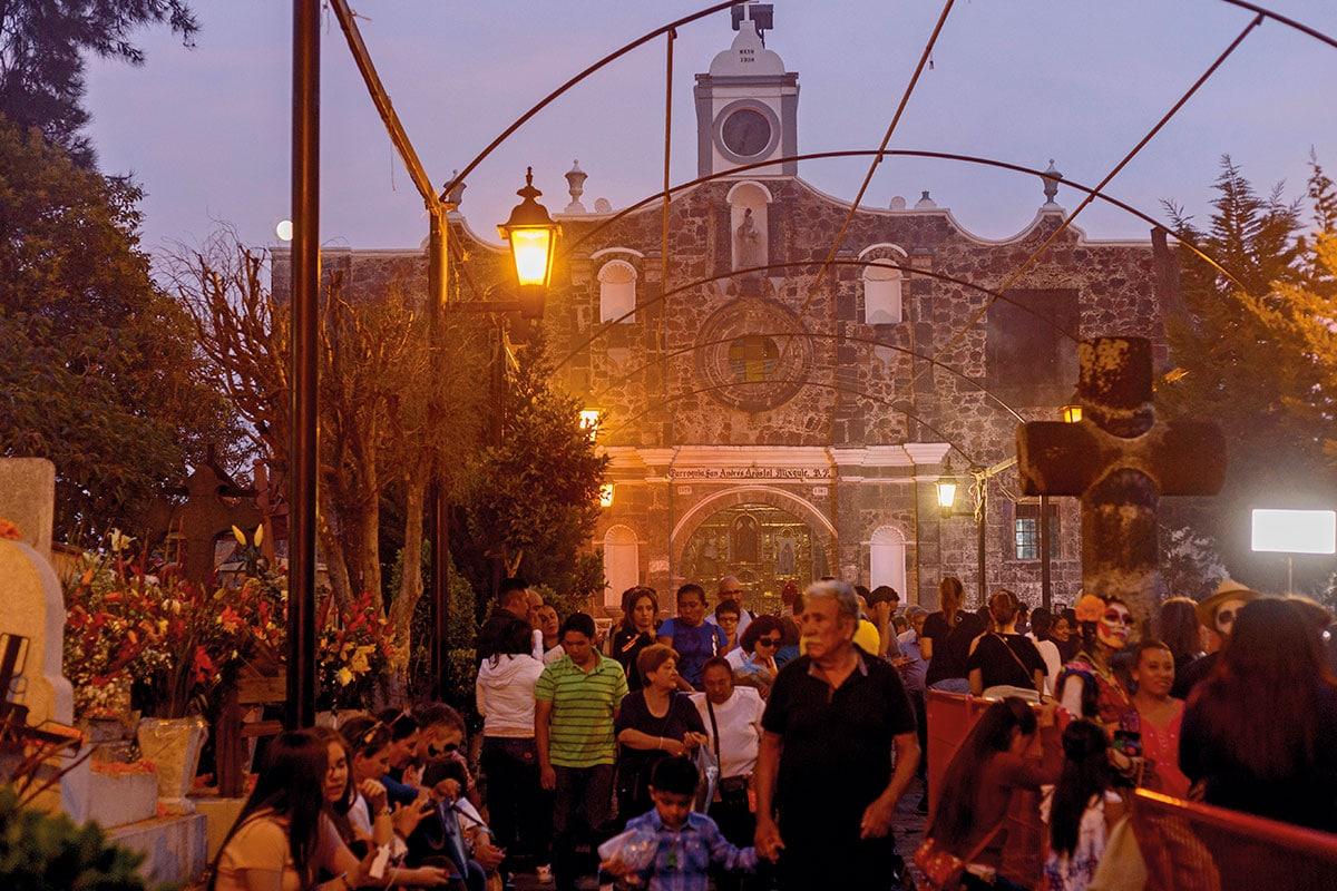 """El 2 de noviembre se hace la """"Alumbarada"""" en el panteón de la Iglesia."""