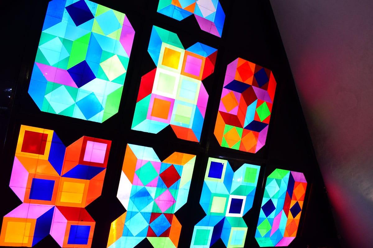Estos vitrales fueron creados por el artista Víctor Vasarely. Foto: Ricardo Sánchez