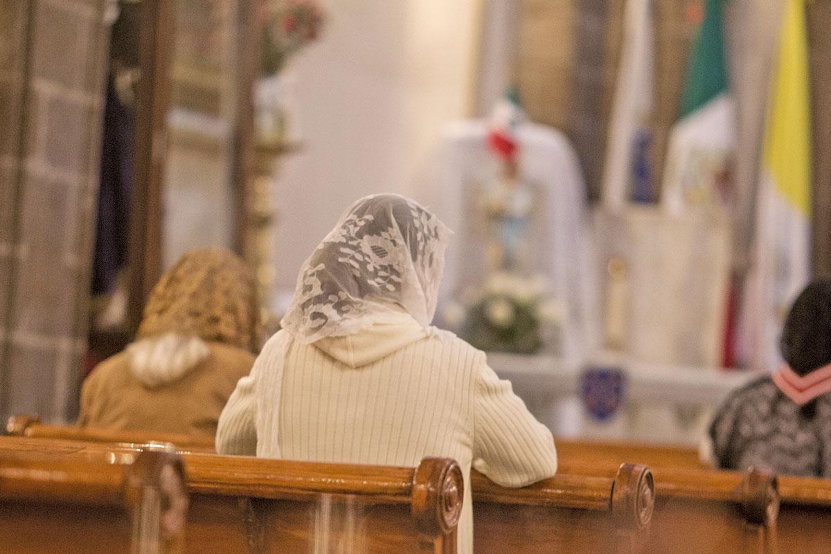 Las feligresas portan velos durante las ceremonias. Foto: María Langarica