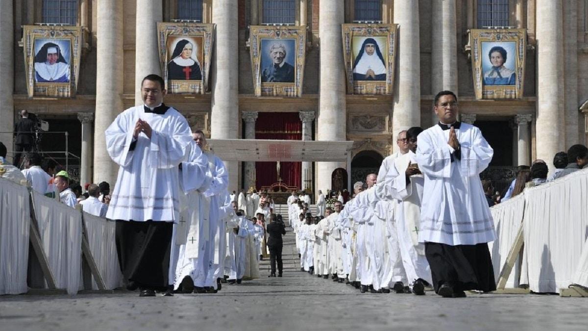 La imágenes de los nuevos santos fueron colocadas en la Plaza de San Pedro. Foto: Vatican Media