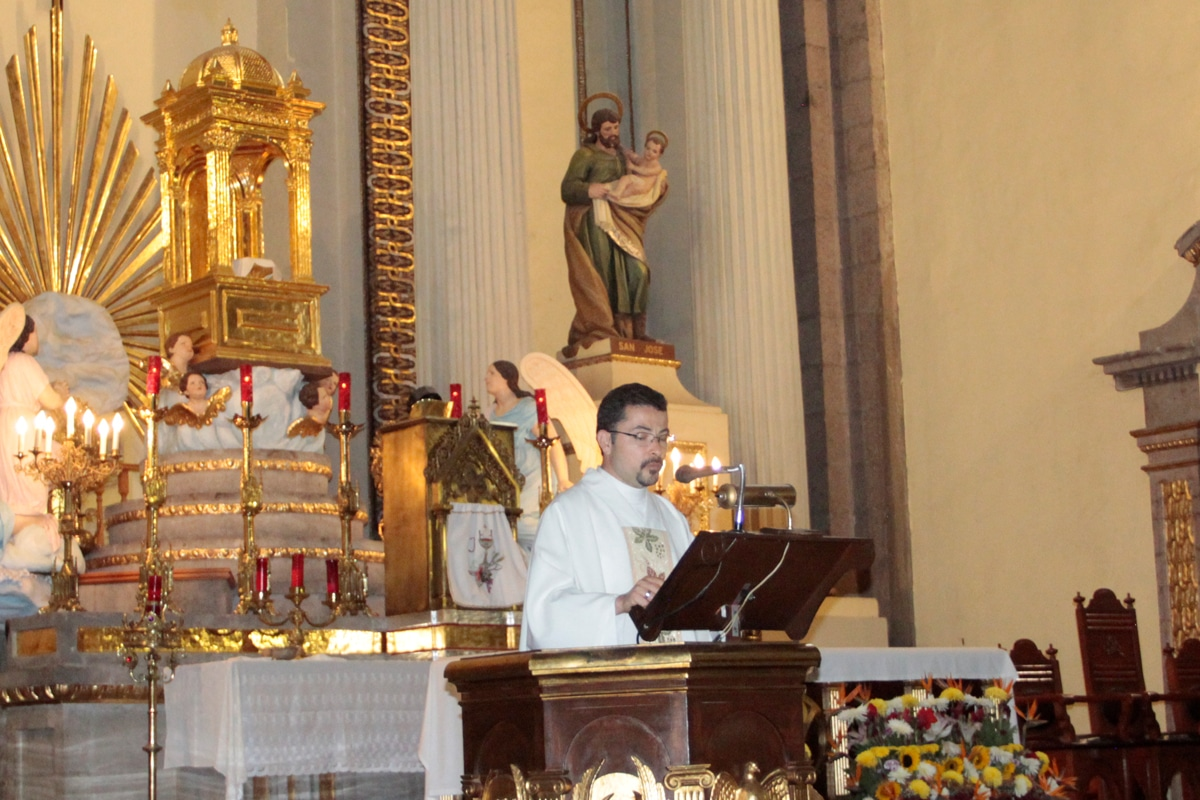 El padre Luis Monroy, párroco de este templo. Foto: Alejandro García