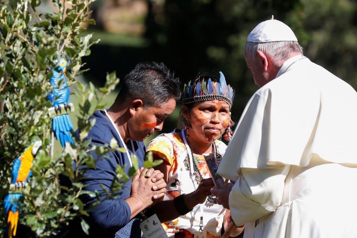 El Papa Francisco con representantes de los pueblos originarios de la Amazonia. Foto: Vatican Media