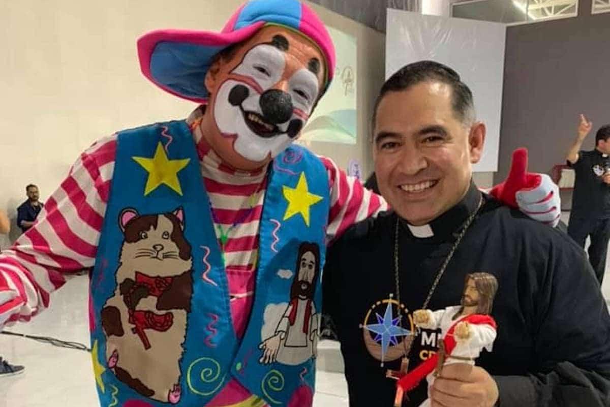 Los payasos eucarísticos con Monseñor Carlos Samaniego.