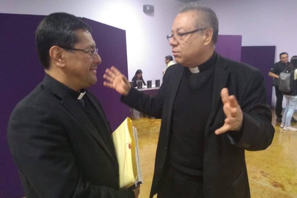 Monseñor Alfonso Miranda y el padre Eduardo Chávez. Foto: Carlos Villa Roiz