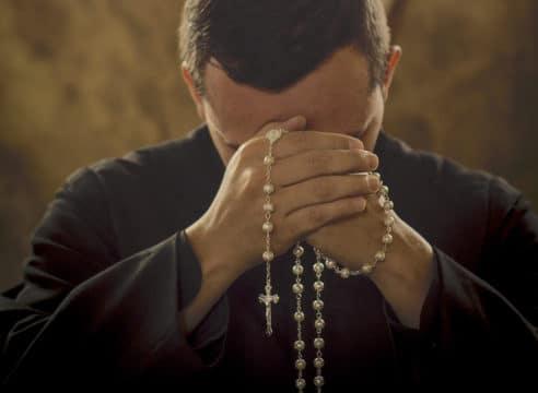 ¿Cómo rezar el Rosario? Te lo explicamos paso a paso