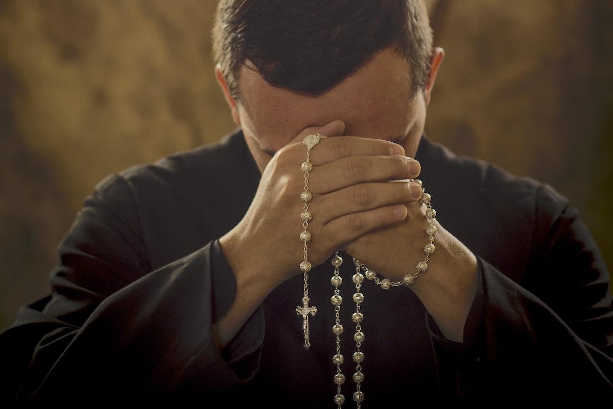 Rezar el Rosario es pedir la intercesión de la Virgen María. Foto: Cathopic