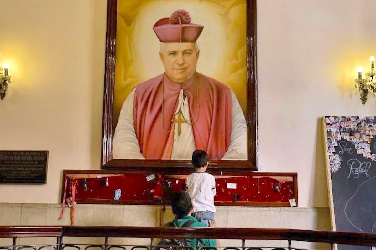 Devotos frente a una imagen de San Rafael Guízar y Valencia.