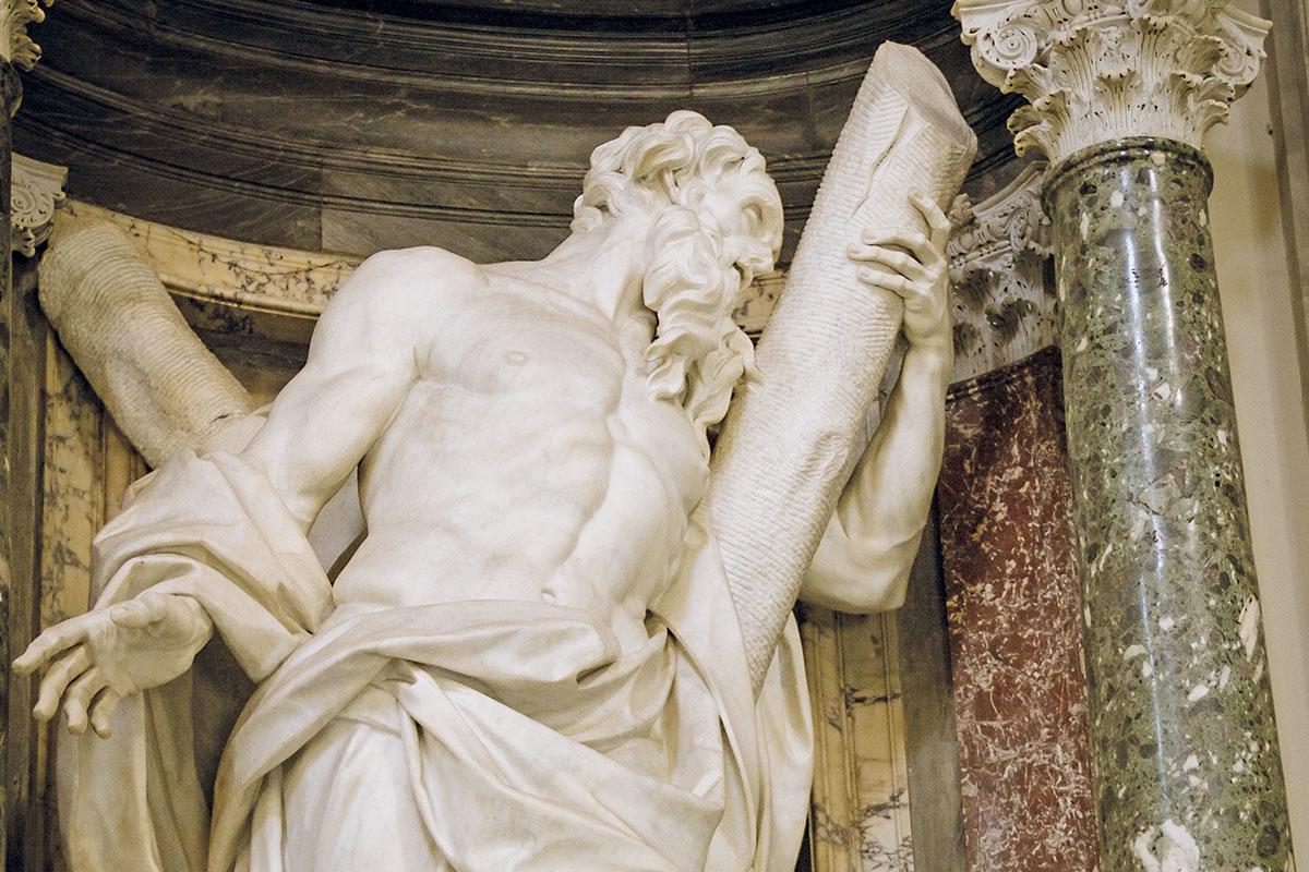 En la nave central de San Juan de Letrán hay nichos con estatuas de los apóstoles.