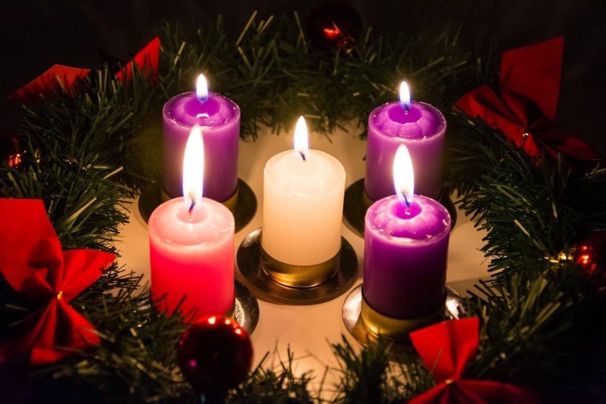 La Corona de Adviento lleva cinco velas: tres moradas, una rosa y una blanca.