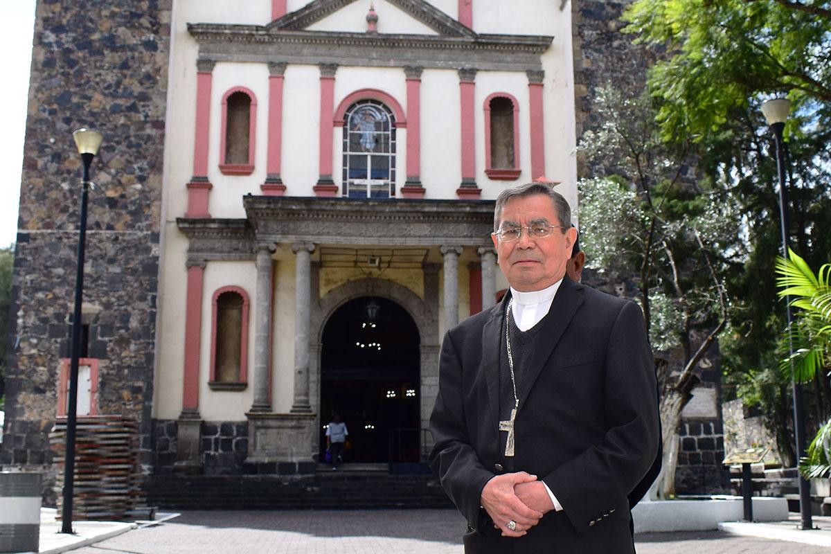 Monseñor Jesús Antonio Lerma frente al Santuario del Santo Sepulcro, Catedral de Iztapalapa. Foto: Ricardo Sánchez