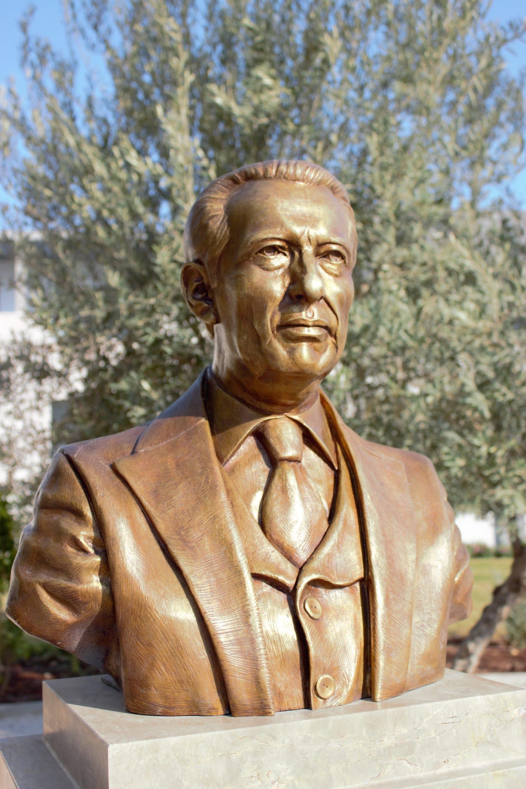 Busto de don Antonino Fernández