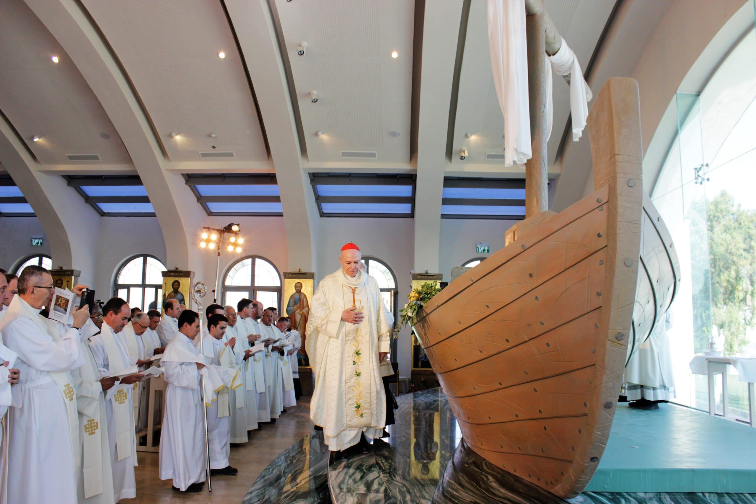 Cardenal Carlos Aguiar en la iglesia Duc In Altum