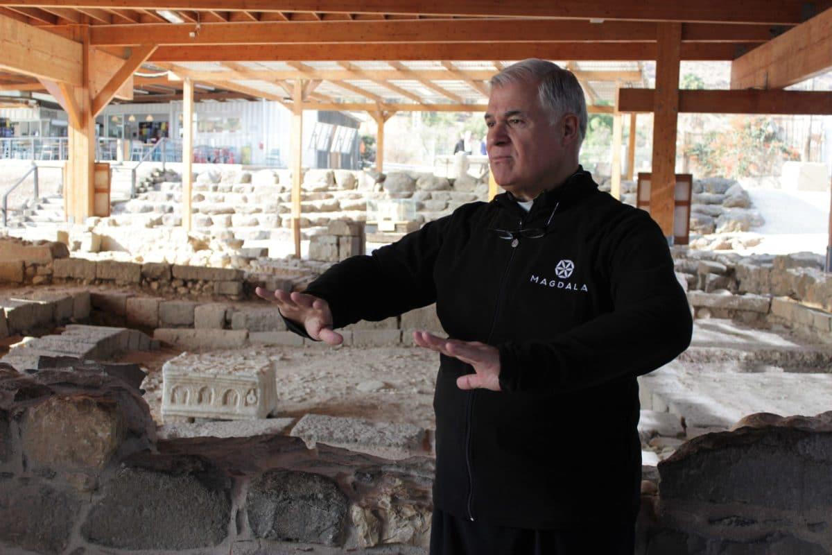 P. Juan Solana en la zona arqueológica de Magdala