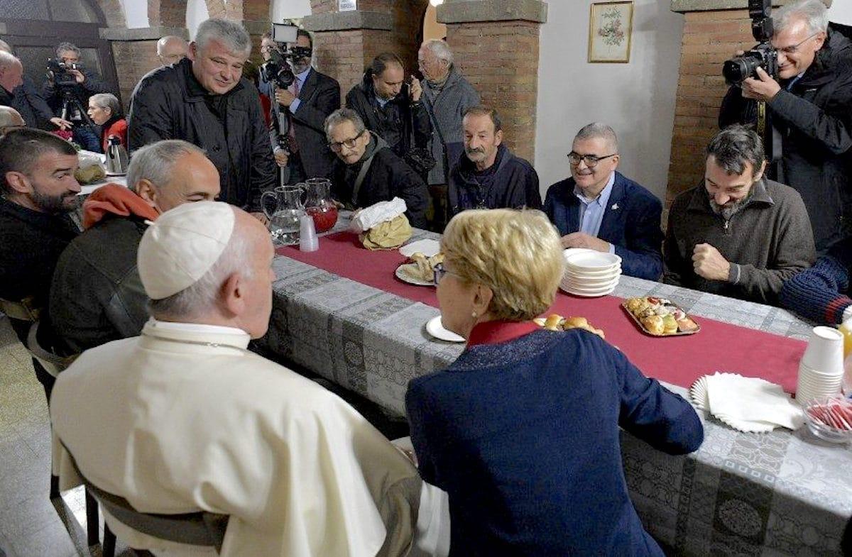 El Papa Francisco en visita al centro de acogida Palazzo Migliori. Foto: Vatican Media