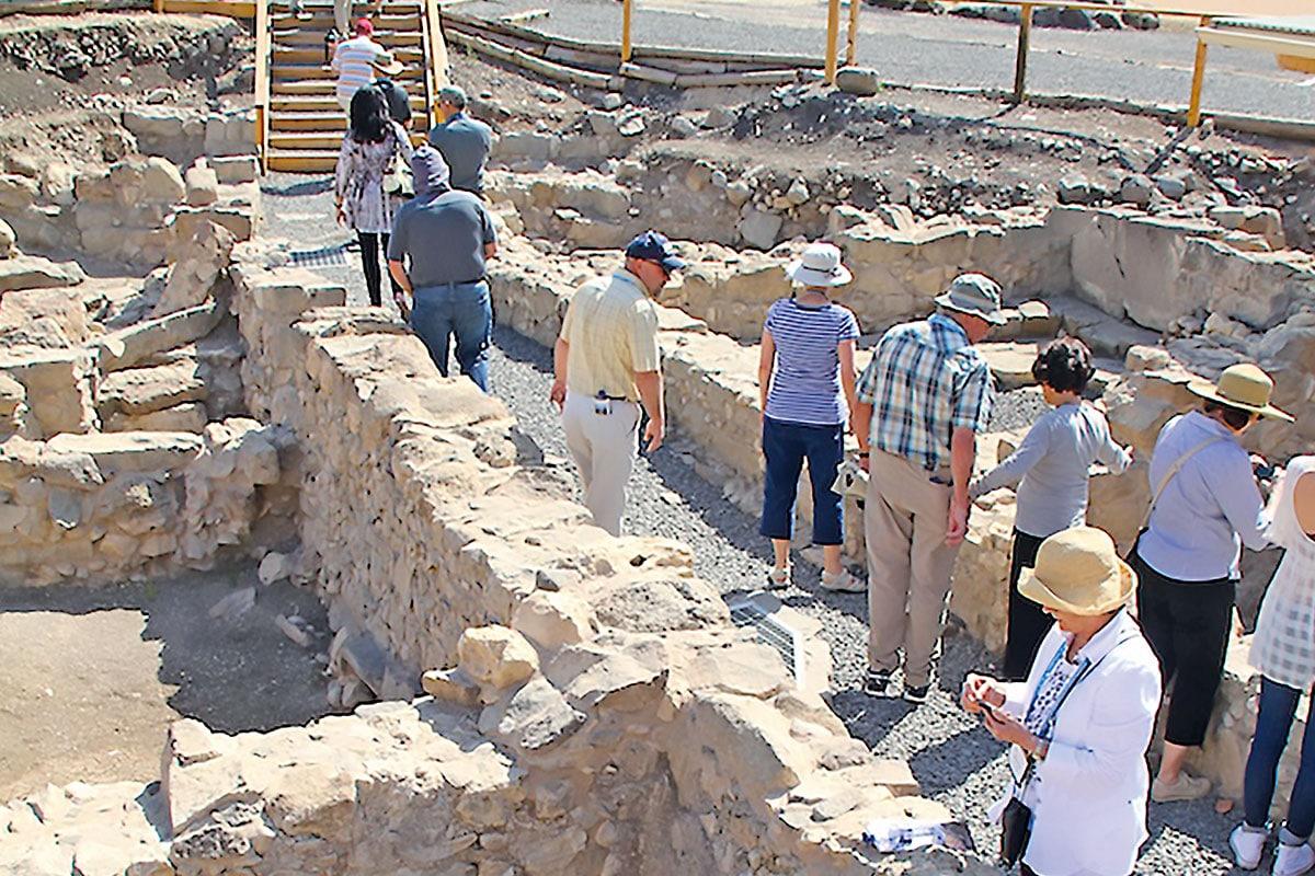 Peregrinos visitan las ruinas de la antigua ciudad de Magdala.