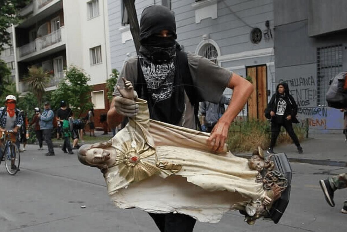 Saqueo a la Parroquia de La Asunción en Santiago de Chile. Foto: ACN Chile