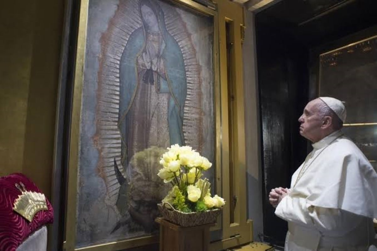 El Papa Francisco en el camarín de la Virgen de Guadalupe, en 2016..