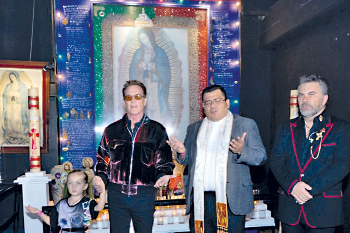 Emmanuel y Mijares dan las gracias frente al altar de la Virgen en el Auditorio Foto Cortesía Luis Reynoso