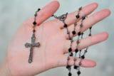 Por qué el Rosario y la Coronilla son poderosas armas para los católicos