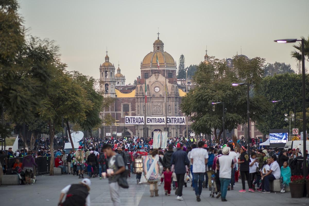 Peregrinos de frente a la Antigua Basílica de Guadalupe, hoy Templo Expiatorio. Foto: María Langarica