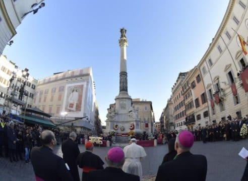 La oración a la Inmaculada en la plaza de España