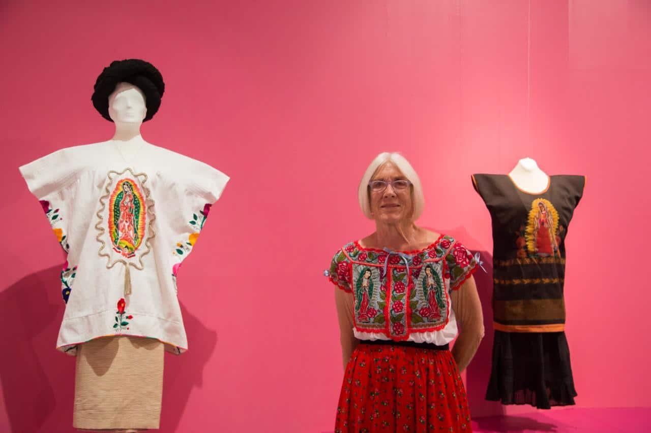 """Linda Hanna, organizadora de la exposición """"Rosas y revelaciones"""". Foto: María Langarica"""
