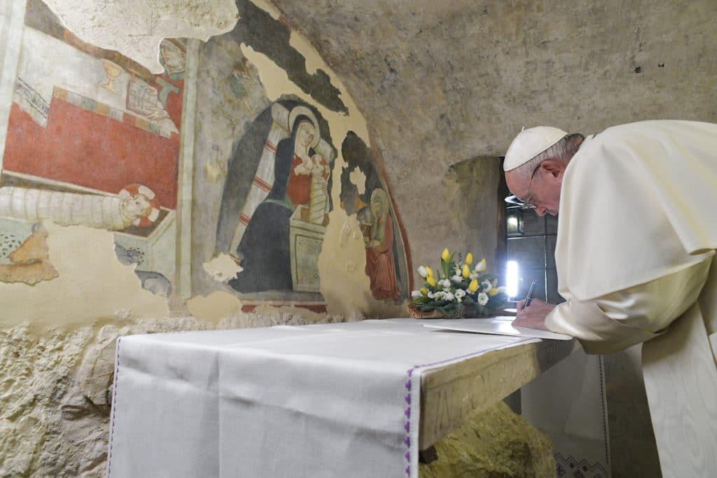 El Papa Francisco firma la Carta en el Santuario de Greccio, lugar del primer Nacimiento. Foto: Vatican Media