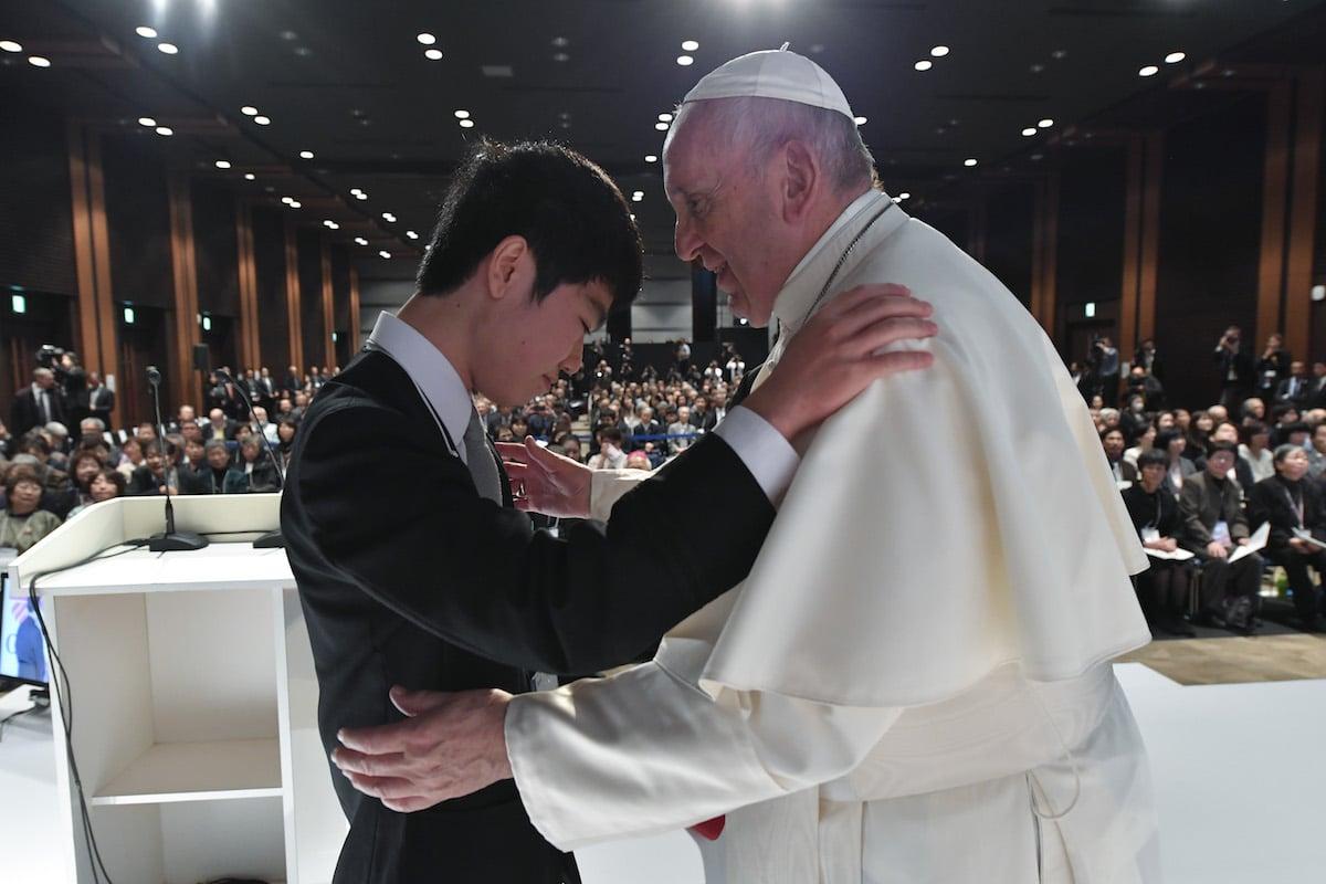 Matsuki Kamoshita, sobreviviente del desastre nuclear, abraza al Papa Francisco. Foto: L'Osservatore Romano