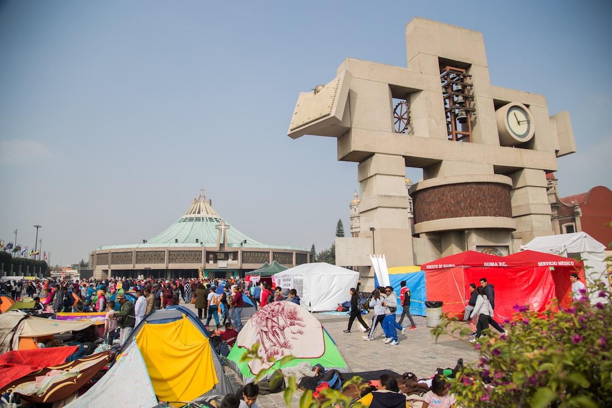 Peregrinos acampando frente a la Basílica de Guadalupe. Foto: María Langarica