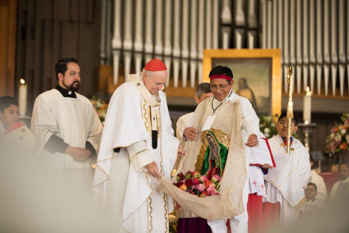 Representación de San Juan Diego en la Misa de las Rosas.