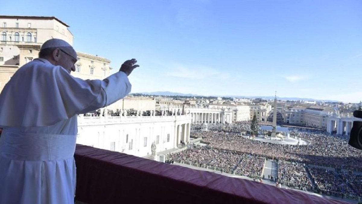 El Papa Francisco imparte la bendición Urbi et Orbi en 2018. Foto: Vatican Media.