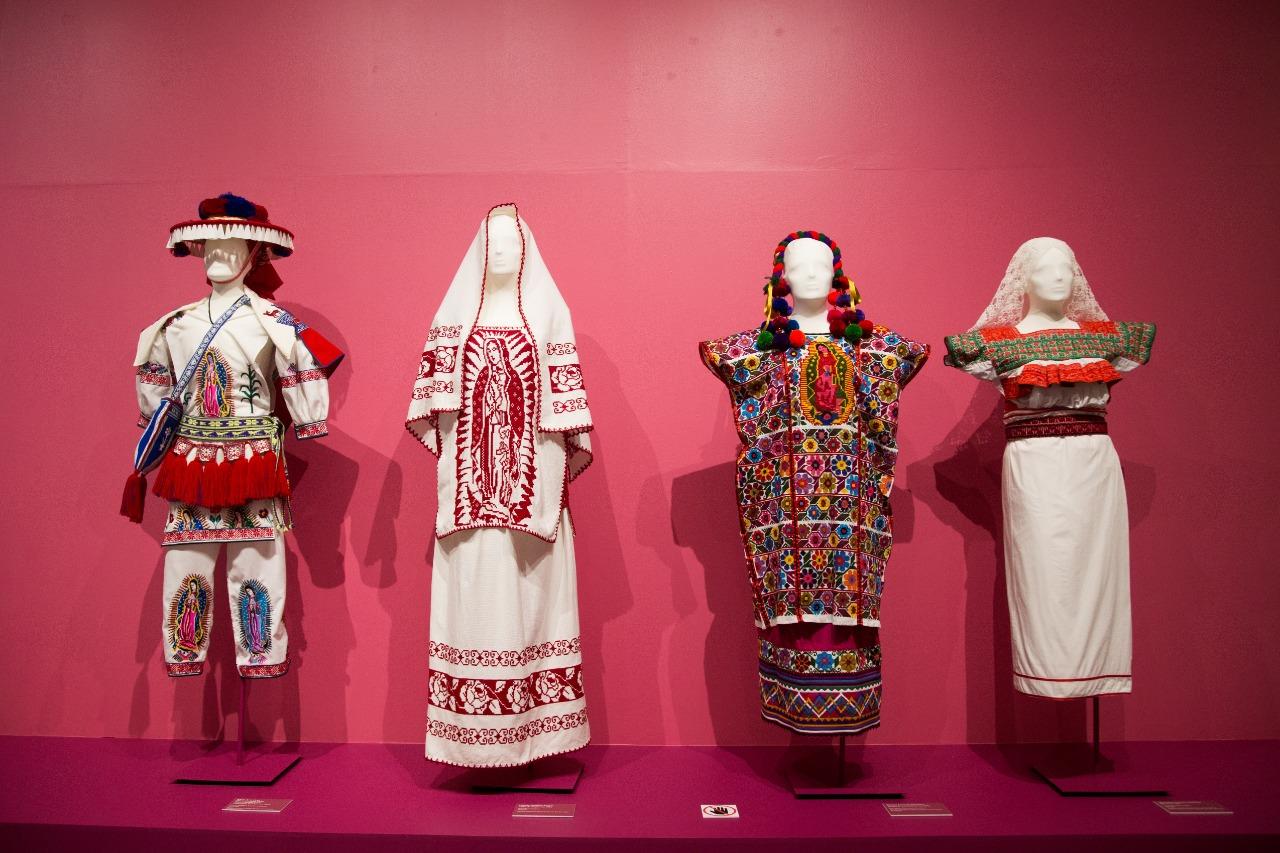 Vestimentas típicas con borados de la Virgen de Guadalupe. Foto: María Langarica
