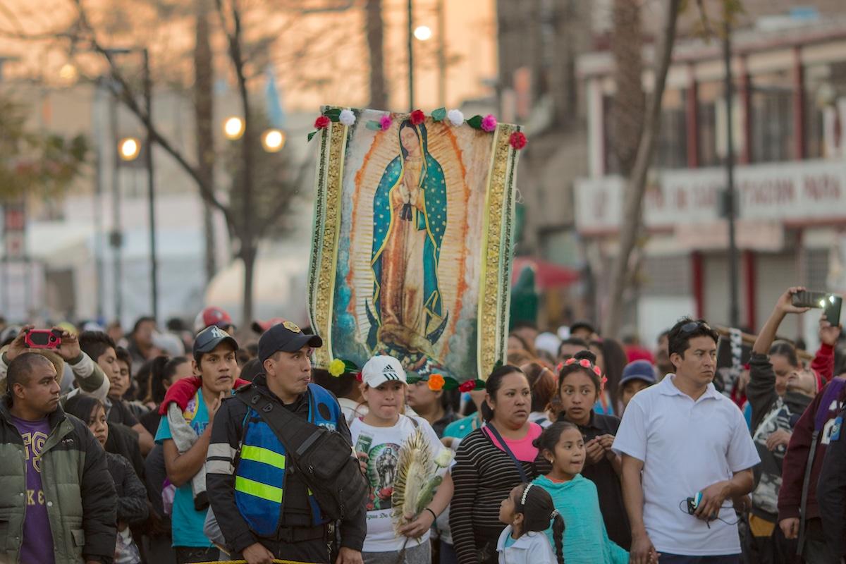 Peregrinos caminan hacia la Basílica de Guadalupe en diciembre de 2019. Foto: María Langarica