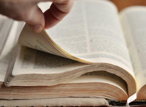 """La frase: """"Ayúdate, que yo te ayudaré"""", ¿está en la Biblia?"""