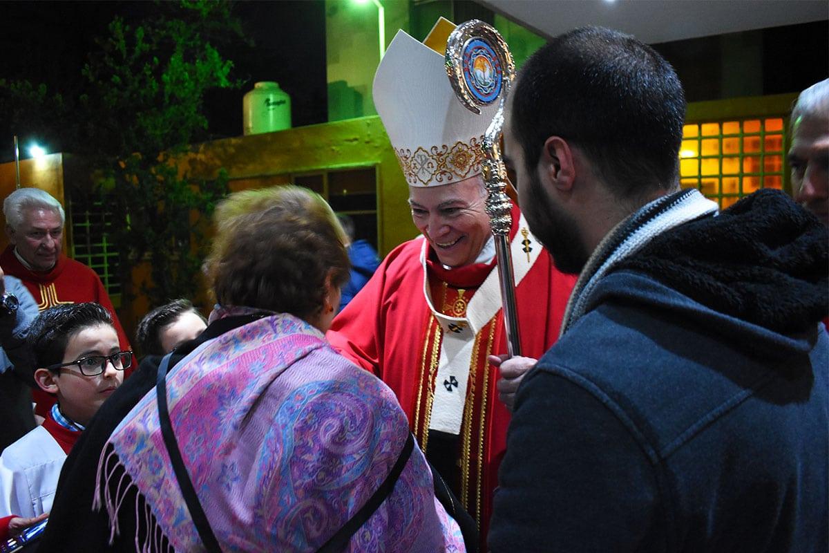 El Arzobispo Carlos Aguiar con fieles de la Parroquia San Juan Pablo II y Santo Tomás Moro. Foto: Ricardo Sánchez/DLF