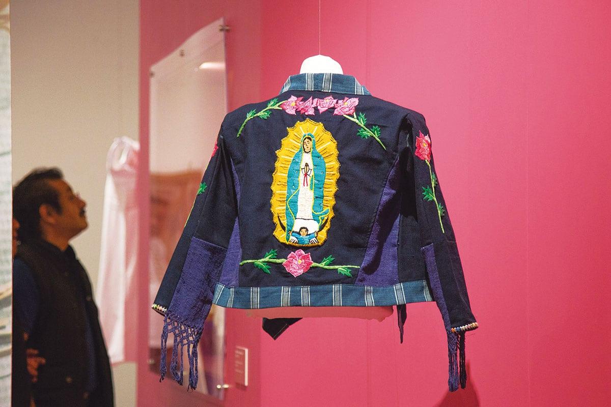 La organizadora incluyó creaciones de artesanos textiles de todo el país. Foto: María Langarica